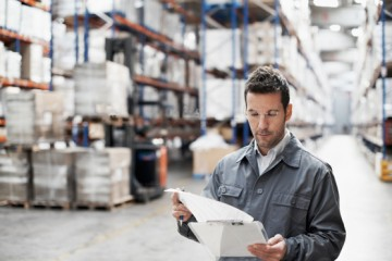 stock-photo-23585138-man-checking-stock-in-a-warehouse-Kopie